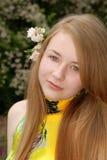 Adolescente femenino joven con una flor en su pelo Imágenes de archivo libres de regalías