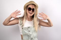 Adolescente femenino joven hermoso en las gafas de sol y el sombrero que presentan para Imagen de archivo libre de regalías
