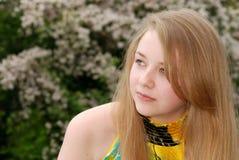 Adolescente femenino joven que mira de lado Fotografía de archivo