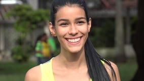 Adolescente femenino joven sonriente Fotos de archivo libres de regalías