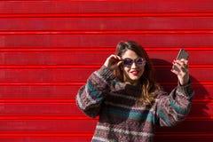 Adolescente femenino joven tomando un selfie Imagen de archivo libre de regalías