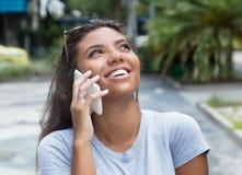 Adolescente femenino latino hermoso en el teléfono elegante Foto de archivo libre de regalías