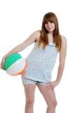 Adolescente femenino lindo con una bola de playa Foto de archivo