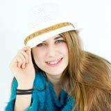 Adolescente femenino lindo feliz que sonríe con el sombrero Imagenes de archivo