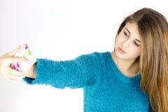 Adolescente femenino lindo que toma el retrato del selfie con el teléfono celular Foto de archivo libre de regalías