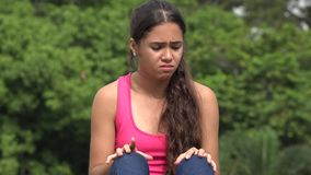 Adolescente femenino nervioso impaciente almacen de video