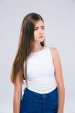 Adolescente femenino pensativo que mira lejos Foto de archivo