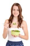 Adolescente femenino que come la ensalada fotografía de archivo