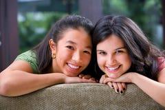 Adolescente femenino que comparte tiempo con su amigo Imágenes de archivo libres de regalías