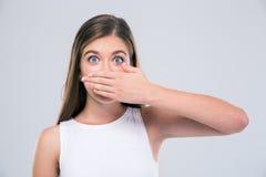 Adolescente femenino que cubre su boca Imagen de archivo libre de regalías