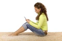Adolescente femenino que escribe el mensaje de texto corto Fotos de archivo libres de regalías