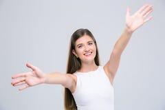 Adolescente femenino que estira las manos para abrazarle Imágenes de archivo libres de regalías