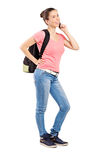 Adolescente femenino que habla en un teléfono móvil Imagen de archivo libre de regalías
