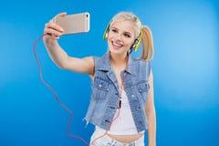 Adolescente femenino que hace la foto del selfie Fotos de archivo libres de regalías