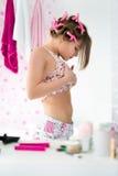 Adolescente femenino que mira su estómago Imagen de archivo