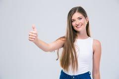Adolescente femenino que muestra el pulgar para arriba Foto de archivo libre de regalías
