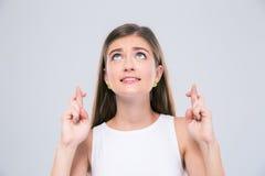 Adolescente femenino que muestra gesto con los fingeres cruzados Fotografía de archivo