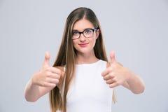 Adolescente femenino que muestra los pulgares para arriba Fotos de archivo