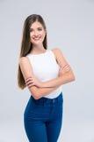 Adolescente femenino que se coloca con los brazos doblados Fotos de archivo