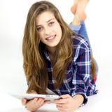 Adolescente femenino que se divierte con tecnología Fotografía de archivo