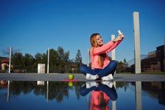 Adolescente femenino que se divierte en el parque Fotografía de archivo