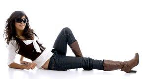 Adolescente femenino que se reclina sobre suelo Imagen de archivo