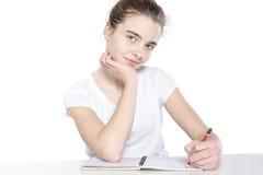 Adolescente femenino que se sienta con el libro vacío abierto Imagen de archivo libre de regalías