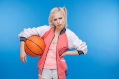 Adolescente femenino que sostiene la bola del bsketball Imagenes de archivo