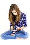 Adolescente femenino que tiene un buen rato con la tableta digital aislada Fotos de archivo libres de regalías