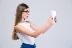 Adolescente femenino que usa la tableta Imagen de archivo