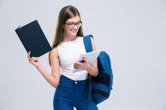 Adolescente femenino que usa la tableta Foto de archivo