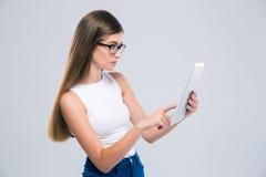 Adolescente femenino que usa la tableta Imagenes de archivo