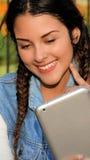 Adolescente femenino que usa la tableta Imágenes de archivo libres de regalías