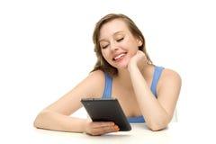 Adolescente femenino que usa la tablilla digital Imagenes de archivo