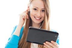 Adolescente femenino que usa la tablilla digital Fotografía de archivo libre de regalías