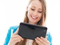 Adolescente femenino que usa la tablilla digital Imagen de archivo