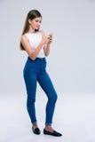 Adolescente femenino que usa smartphone Fotografía de archivo libre de regalías