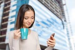 Adolescente femenino que usa smartphone Imagenes de archivo