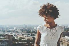 Adolescente femenino rizado sonriente Biracial en balcón Fotografía de archivo
