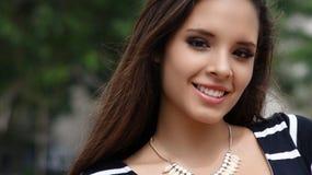 Adolescente femenino sonriente Foto de archivo libre de regalías