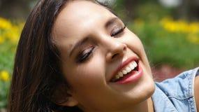 Adolescente femenino sonriente feliz Fotografía de archivo