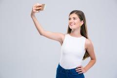 Adolescente femenino sonriente que hace la foto del selfie Fotos de archivo