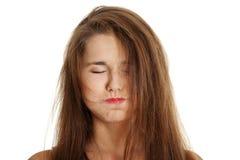 Adolescente femenino Unbrushed haciendo una cara. Foto de archivo libre de regalías