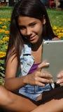 Adolescente femenino usando la tableta Foto de archivo