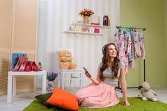Adolescente femminile che ascolta la musica immagini stock libere da diritti