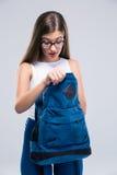 Adolescente femminile che cerca qualcosa in zaino Fotografia Stock