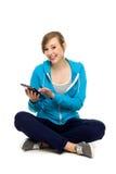 Adolescente femminile che per mezzo del ridurre in pani digitale Immagini Stock Libere da Diritti