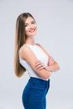 Adolescente femminile che sta con le armi piegate Fotografia Stock Libera da Diritti