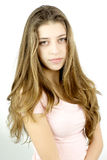 Adolescente femminile con capelli molto lunghi che guardano sorridere della macchina fotografica felice Fotografia Stock