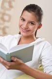 adolescente femminile degli allievi della lettura del libro Fotografia Stock
